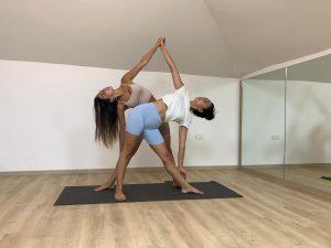 תרגילי יוגה בזוגות - משולש נתמך